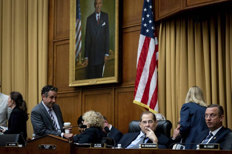 O deputado Jerrold Nadler (o segundo da direita para a esquerda), presidente do Comitê Judiciário da Câmara, em Washington
