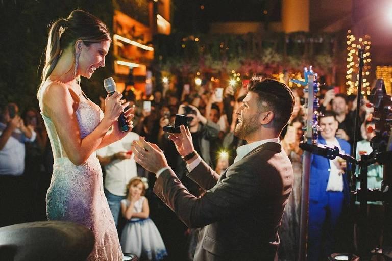 Flávia Viana é pedida em casamento durante festa para 150 pessoas