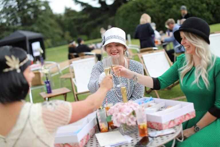 Fãs da série 'Downton Abbey' visitam participam de evento de pré-estreia do filme no castelo Highclere Castle