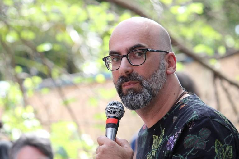 Valter Hugo Mãe faz aula aberta na Biblioteca José de Anchieta, em Perus, na Grande São Paulo, como parte da programação da 14ª Balada Literária