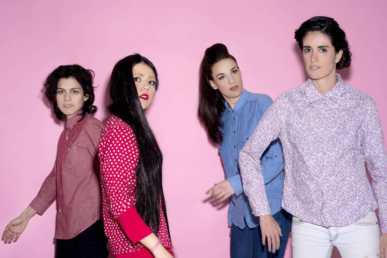 quatro mulheres em frente a um fundo rosa