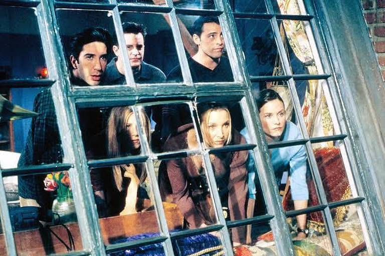 Elenco de 'Friends' reunido na janela do apartamento de Monica