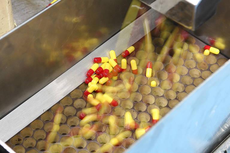 Máquinas produzindo comprimidos