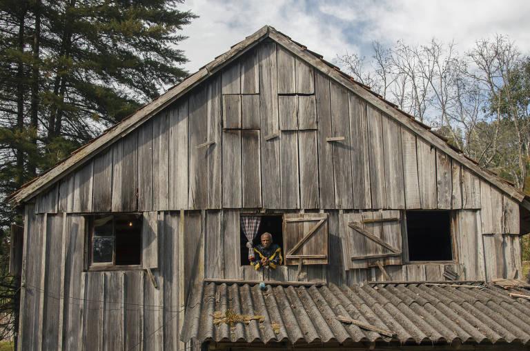 Aos 80, Antonio Pitanga regride a estado primitivo em 'Casa de Antiguidades'