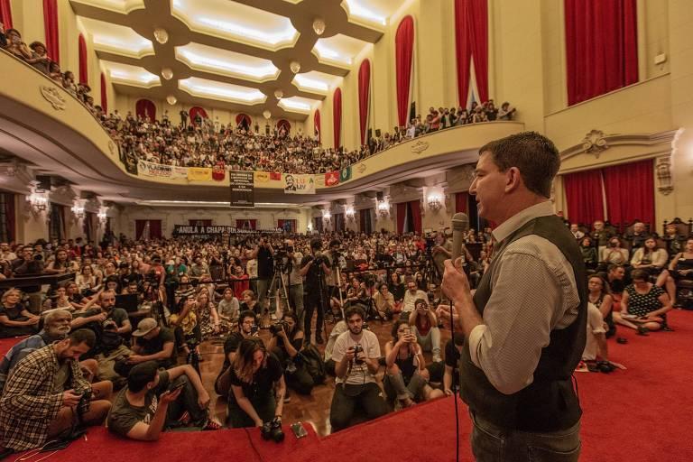 O jornalista Glenn Greenwald, no salão nobre da faculdade de direito da USP, discursa em ato em defesa da liberdade de imprensa