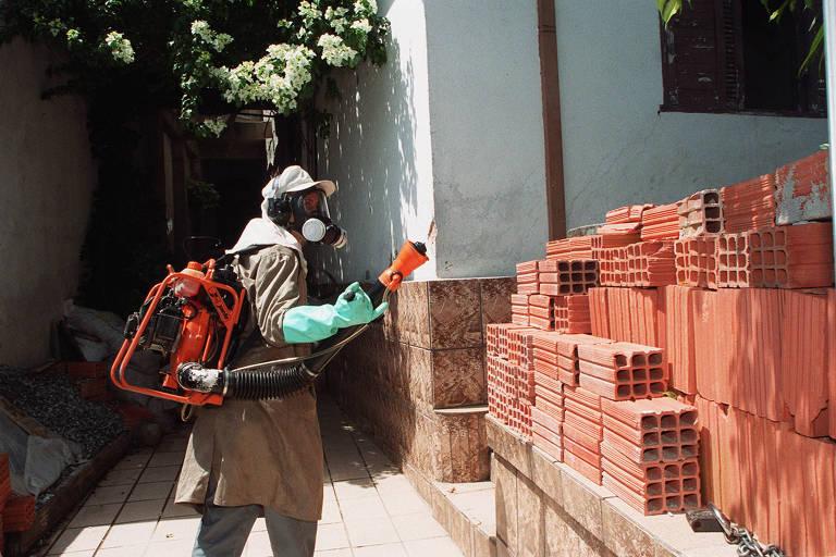 Equipe da Sucen pulveriza residências da Vila Medeiros em ação de combate à dengue, na zona norte de São Paulo