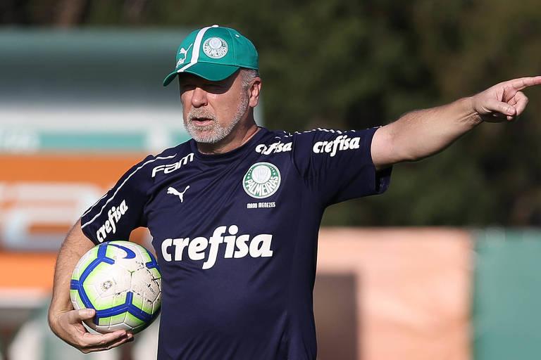 Técnico Mano Menezes orienta os jogadores do Palmeiras