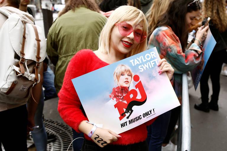 Fãs de Taylor Swift aguardam na fila do Olympia, em Paris