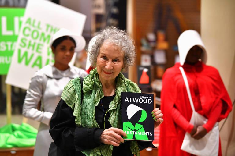 a escritora Margaret Atwood (uma mulher idosa) com seu novo romance com a capa preta