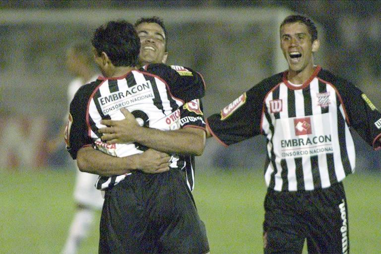 Jogadores do Paulista comemoram gol contra o Fluminense na final da Copa do Brasil de 2005