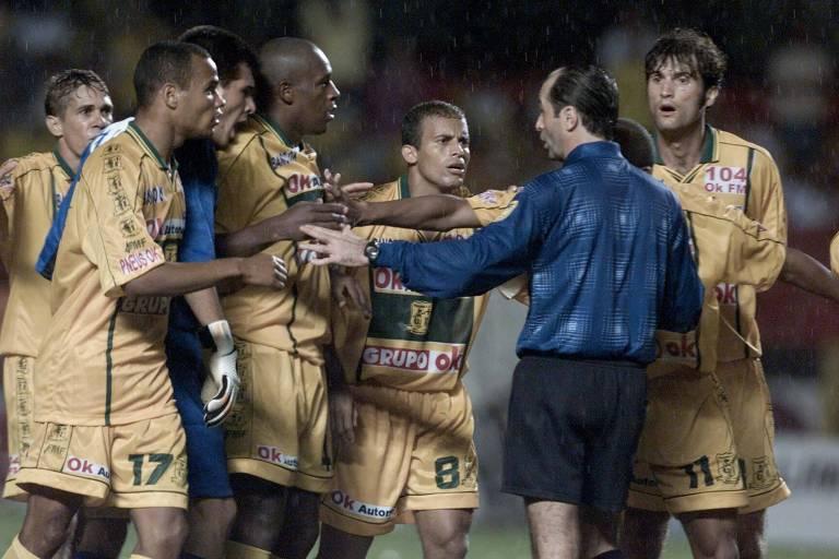 Na final de 2002, jogadores do Brasiliense reclamam da arbitragem de Carlos Eugênio Simon
