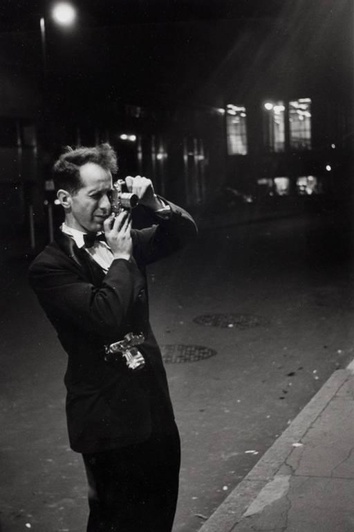 foto branco e preto com um homem que tira uma fotografia