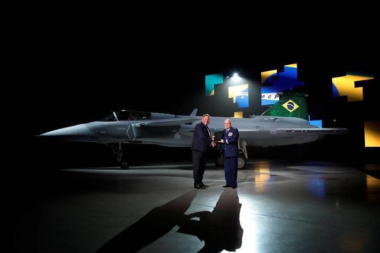 O comandante da FAB, brigadeiro Bermudez, recebe na Suécia a licença de voo do primeiro caça sueco Gripen destinado à Força Aérea Brasileira