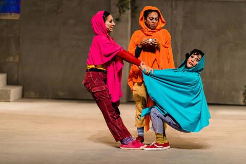 """Cena do espetáculo infantil """"Malala, a Menina que Queria Ir para a Escola"""""""
