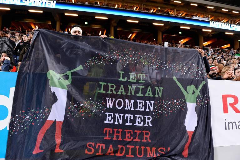 Faixa durante amistoso entre Irã e Suécia, em 2015, pede a liberação da entrada de mulheres iranianas nos estádios