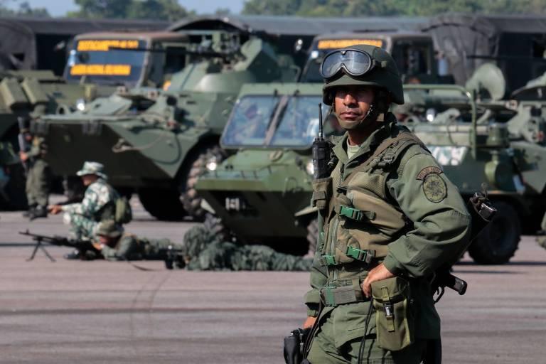Soldados venezuelanos fazem exercício militar na fronteira com a Colômbia