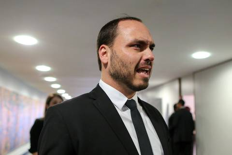 (FILES) In this file photo taken on November 13, 2018, Carlos Bolsonaro, son of Brazil's President-elect Jair Bolsonaro, is pictured during his visit to the Superior Court of Labour in Brasilia. - Carlos Bolsonaro, one of the sons of President Jair Bolsonaro, questioned with a tweet the usefulness of democracy to achieve the transformation that