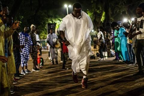 SÃO PAULO, SP, 12.08.2019 - Senegaleses em ritual de vertente do islamismo na praça da República, em São Paulo. O ritual é prática de um culto religioso chamado muride. (Foto: Bruno Santos/Folhapress)
