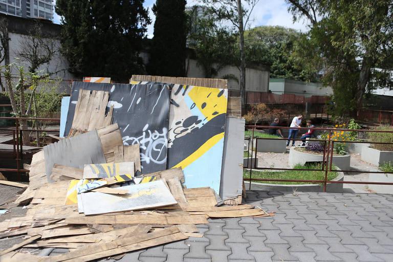 Praça Victor Civita está abandonada em Pinheiros