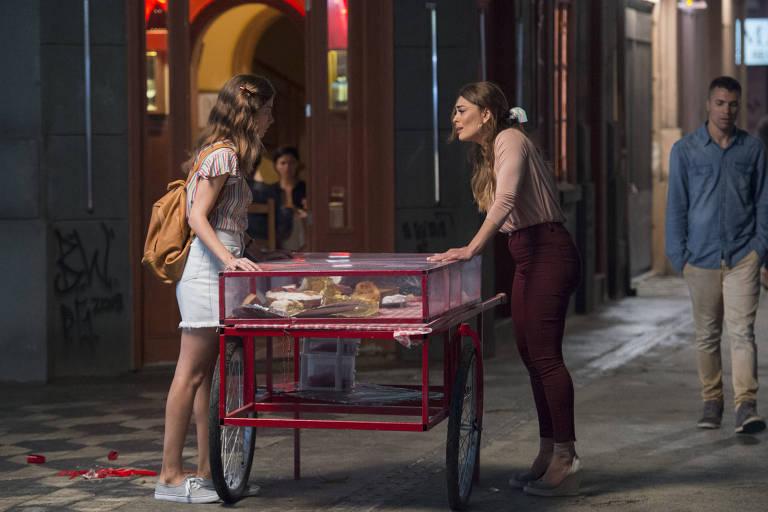 Joana (Bruna Hamú) ajuda Maria da Paz (Juliana Paes) depois de assalto