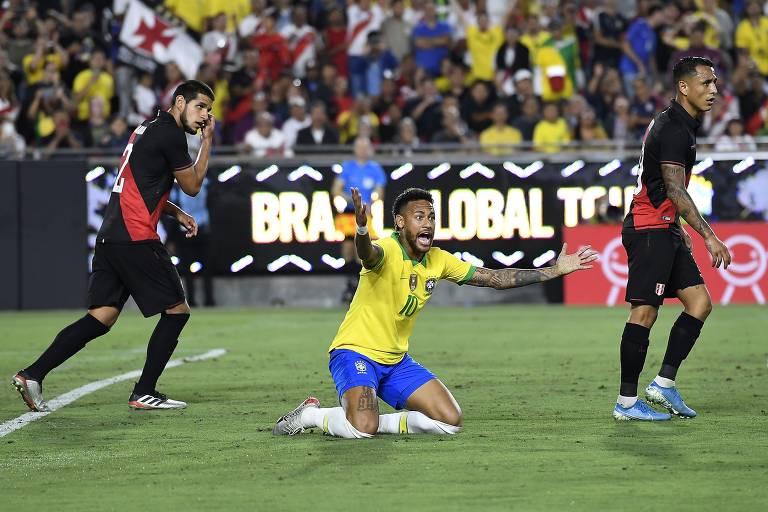 Neymar reclama de uma falta não marcada no duelo contra o Peru, no estádio improvisado de futebol americano em Los Angeles (EUA)