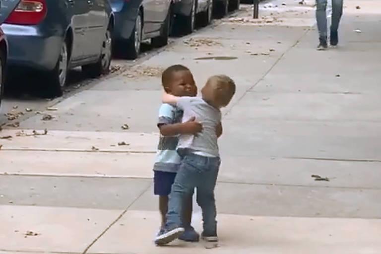 Os amigos Maxwell e Finngan correram um em direção ao putro e se abraçaram e viralizou nas redes sociais nesta semana