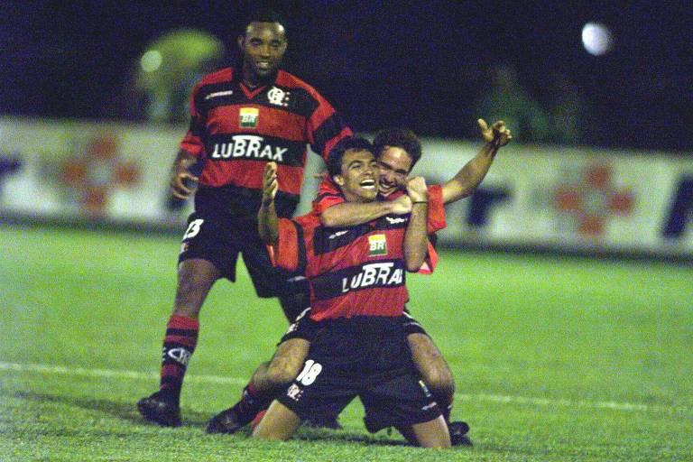 Rodrigo Mendes, abraçado por Caio, comemora o segundo gol do Flamengo no empate de 3 a 3 na final contra o Palmeiras