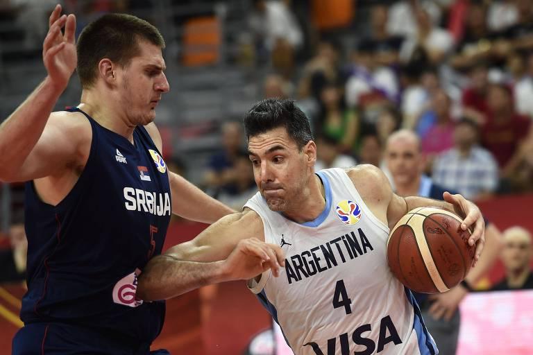 Luis Scola tenta passar por Nikola Jokic, da Sérvia, durante vitória nas quartas de final