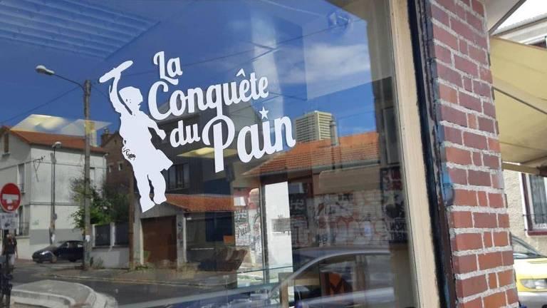 Vidro com La Conquête du Pain escrito nele
