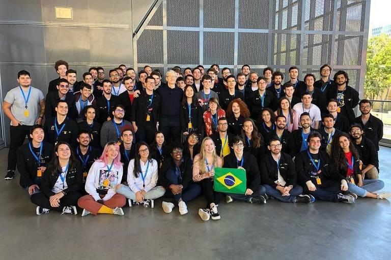 Dezenas de jovens, sentados e em pé, alguns com medalhas no peito, posam para uma imagem em conjunto