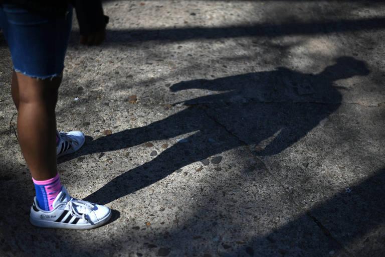 Adolescente de 13 anos que disse ter sido atacada e alvo de ofensas raciais em um beco enquanto caminhava para a escola, em Washigton