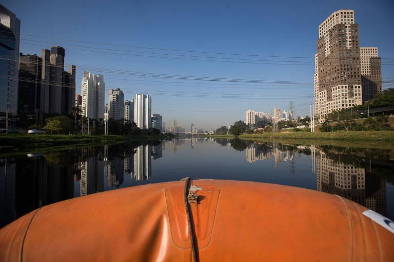 Perspectiva do rio Pinheiros, com prédios da cidade de São Paulo ao fundo