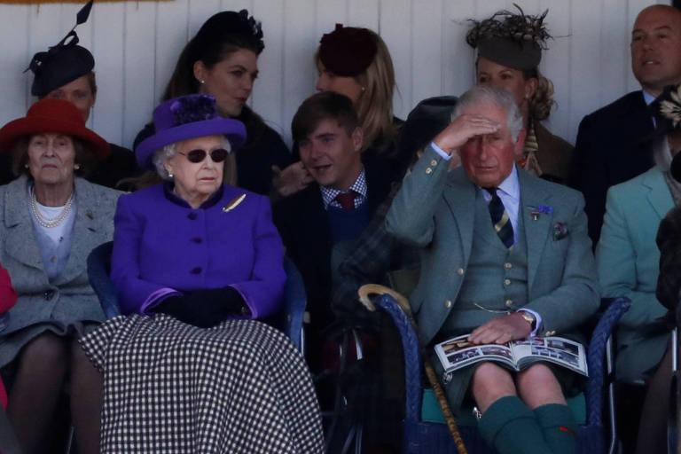A rainha Elizabeth2ª e o príncipe Charles acompanham cerimônia na cidade escocesa de Braemar