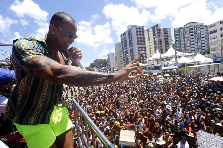 O cantor Léo Santana no Arrastão na Quarta-Feira de Cinzas, tradição do Carnaval de Salvador