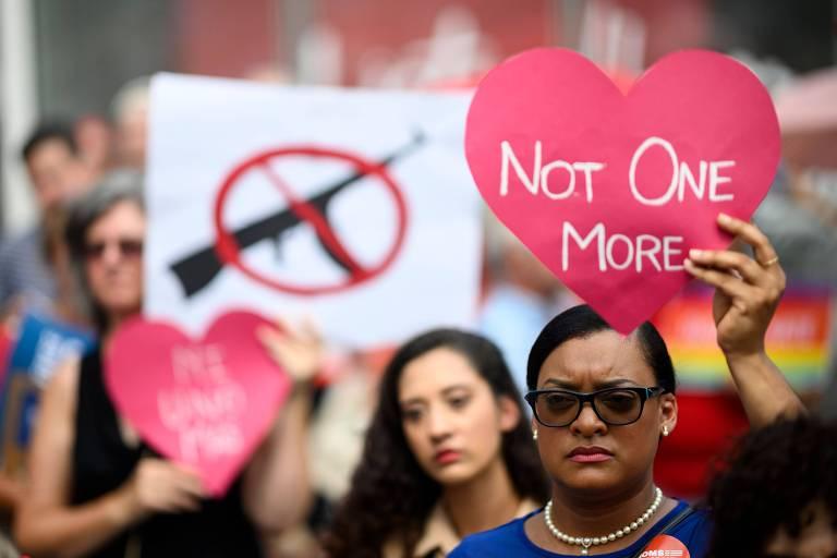 Manifestantes participam de ato de mães contra a violência armada em Nova York