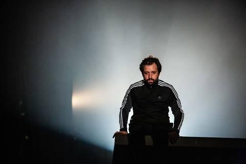"Gregório Duvivier em cena do monólogo ""Sísifo"""