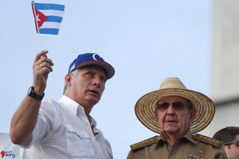 O dirigente cubano, Miguel Díaz-Canel (à esquerda), fala com o ex-dirigente Raúl Castro
