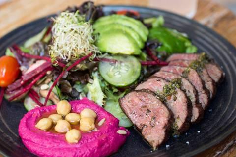Combinação de salada servida no Greentable, novo restaurante saudável no Itaim