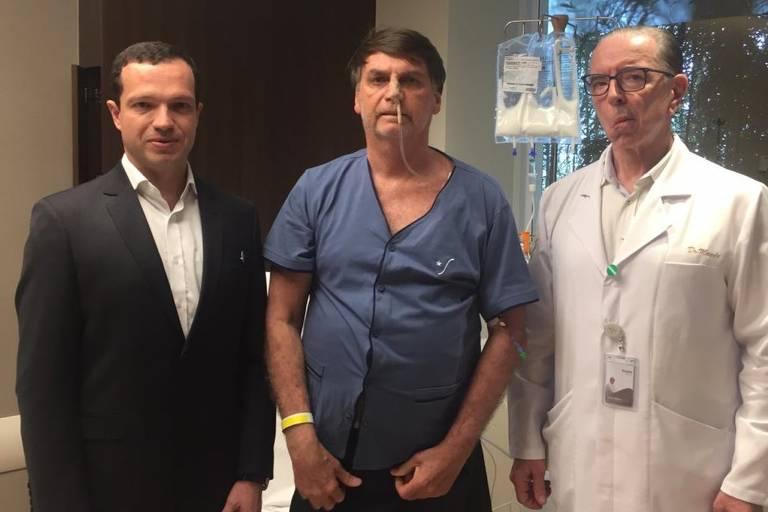 Bolsonaro, ao lado dos médicos Luiz Henrique Borsato (esq.) e Antonio Macedo