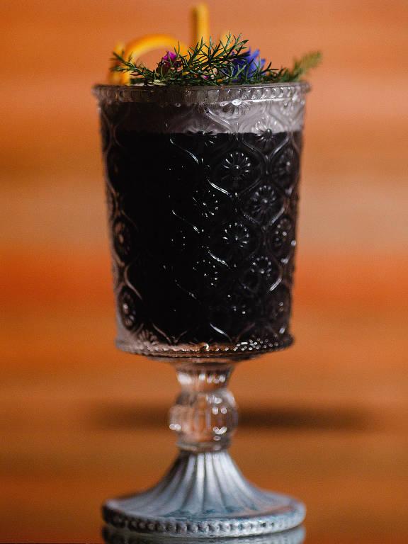 Drinque Ataraxia, do Frank Bar, ganha a cor preta graças à adição de carvão ativado à receita