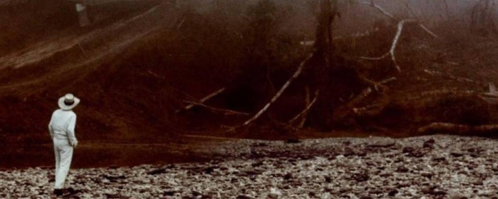 homem olha barco subir montanha