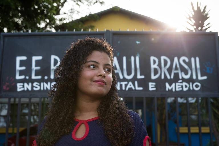 Jenifer Silva Cavalcante, 15, visita escola Raul Brasil ainda usando bolsa de colostomia