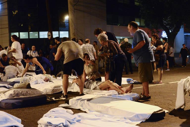 Leitos foram montados emergencialmente na rua São Francisco Xavier após a retirada dos pacientes do hospital