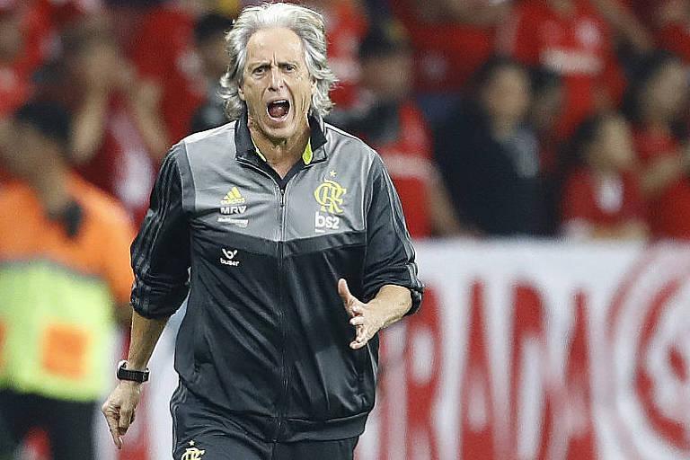 O técnico Jorge Jesus merece aplausos pelo ótimo trabalho que está fazendo no Flamengo, líder do Brasileirão