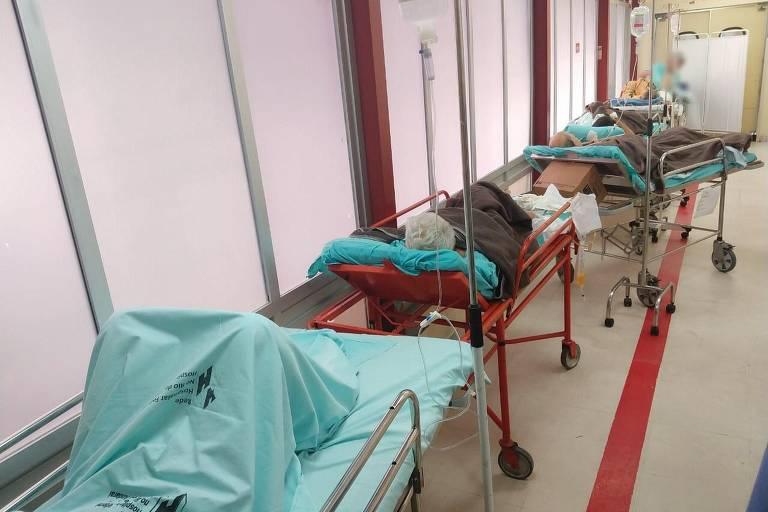 Pacientes em macas no corredor do Hospital Federal do Andaraí, flagrados em blitz do Conselho Regional de  Medicina do Rio em junho