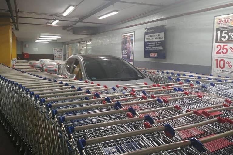 Veículo cercado de carrinhos de supermercado na Argentina