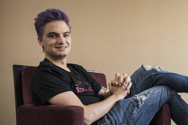 Retrato do youtuber Felipe Neto em quarto de hotel no Itaim