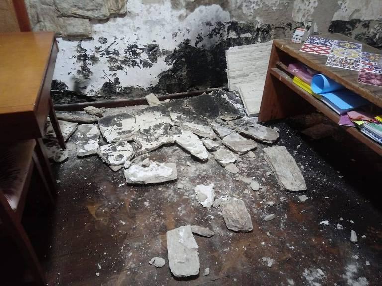 Casa vizinha ao hospital foi parcialmente interditada; reboco da parede caiu
