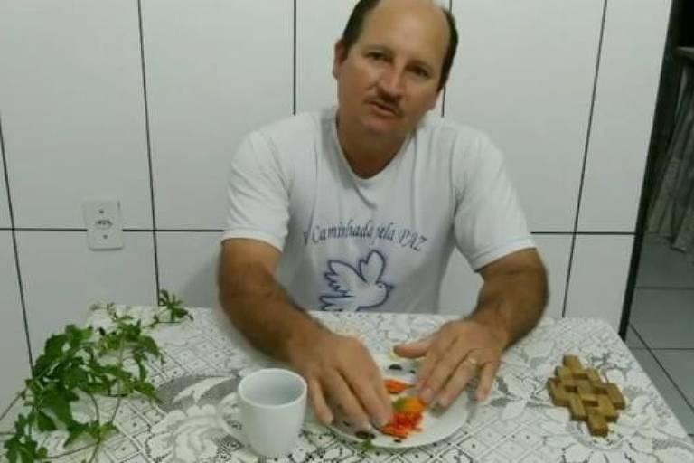 YouTuber brasileiro diz que melão-de-são-caetano cura câncer, mas não há comprovação científica disso; procurado pela BBC, ele colocou o vídeo em modo privado