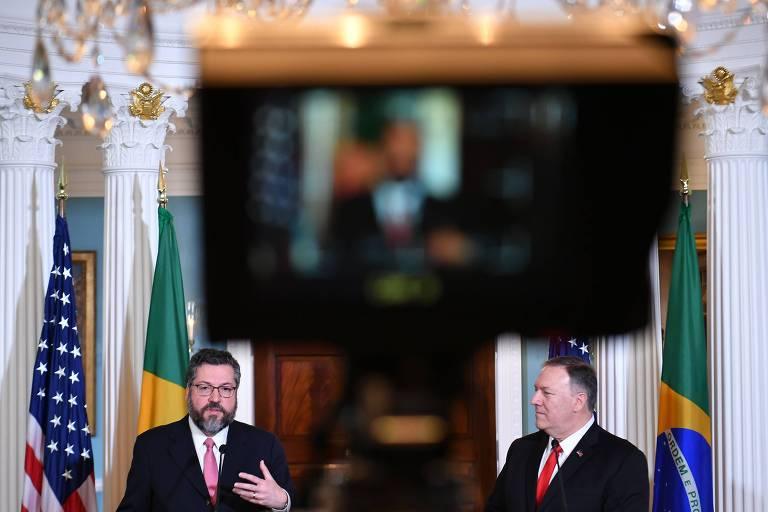 O chanceler brasileiro, Ernesto Araújo, à esq., e o secretário de Estado dos EUA, Mike Pompeo, durante entrevista coletiva no departamento de Estado, em Washington